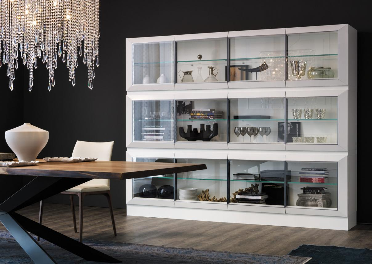 Стеклянные витрины в интерьере: в чем преимущества и особенности их использования?