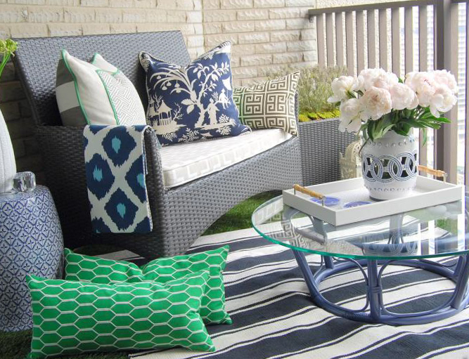 Подушки в дизайне балкона - фото