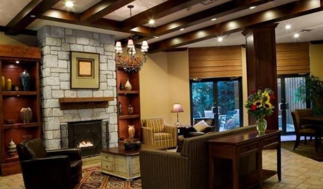 Фото интерьера комнаты с камином