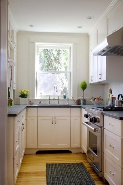 Белый интерьер в маленькой кухне
