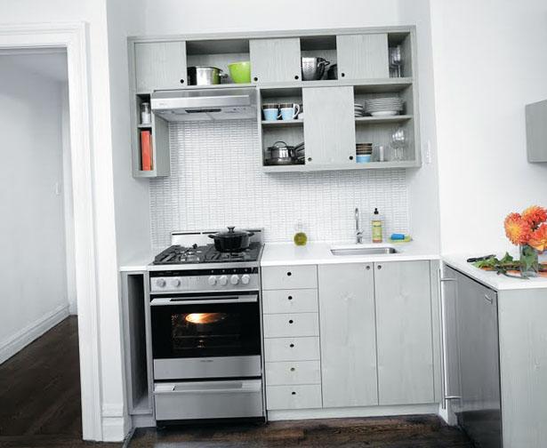 Маленькая светлая кухня
