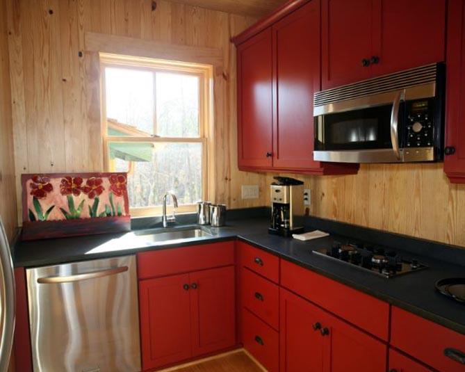 Кухня с красными тонами