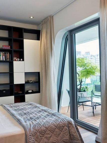 Спальня с отделенным балконом или лоджией - фото