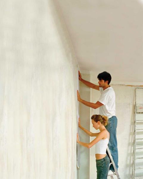 Как правильно наклеить обои на стену с балкой 7