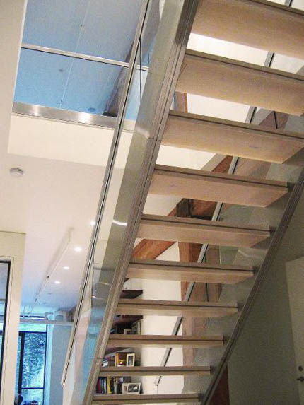 Дизайн металлической лестницы на второй этаж