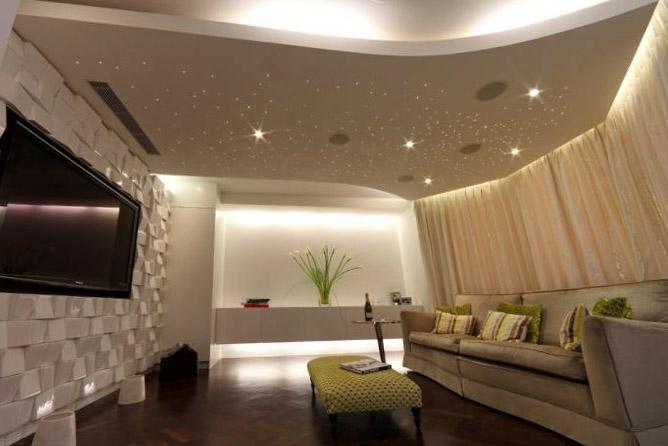 Натяжные потолки в гостиную