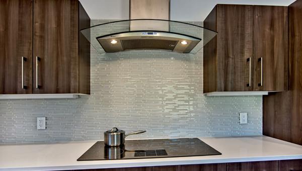 Плитка в интерьере кухни (стеклянная) – 1