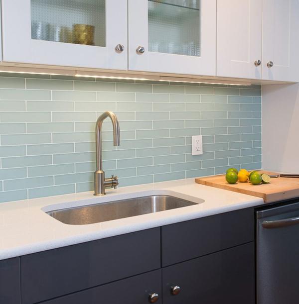 Плитка в интерьере кухни (стеклянная) - 2