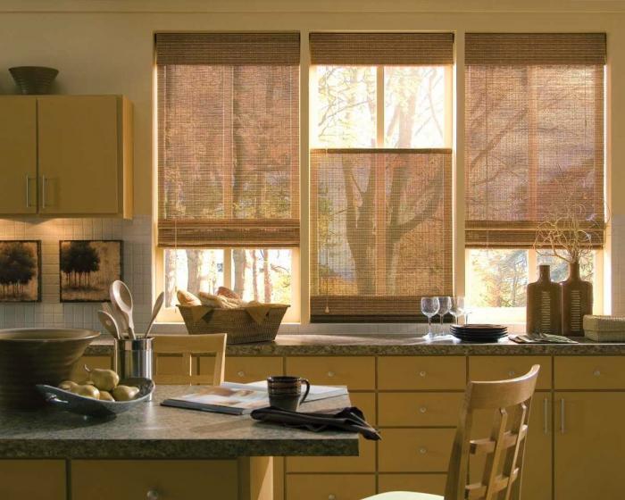 Рулонные шторы в интерьере кухни - фото 1