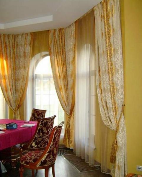 дизайн штор в гостиную с двумя окнами