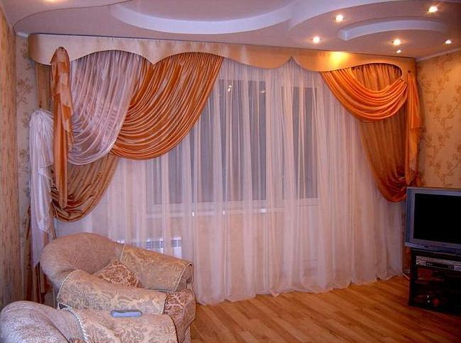 Выбор штор в гостиную с балконом