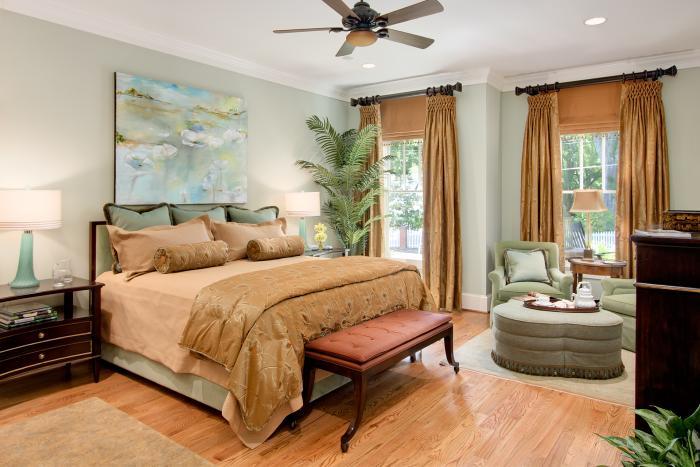 Шторы в спальне с двумя окнами