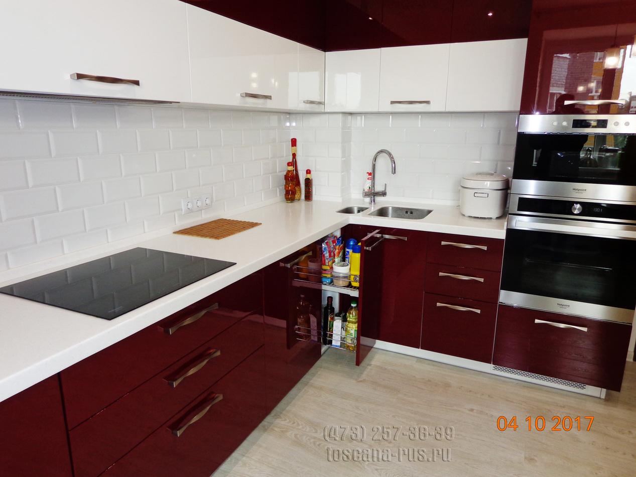 Современная кухня в сочетании бордового и белого цветов