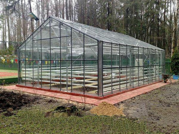 Садовая теплица из стекла или поликарбоната