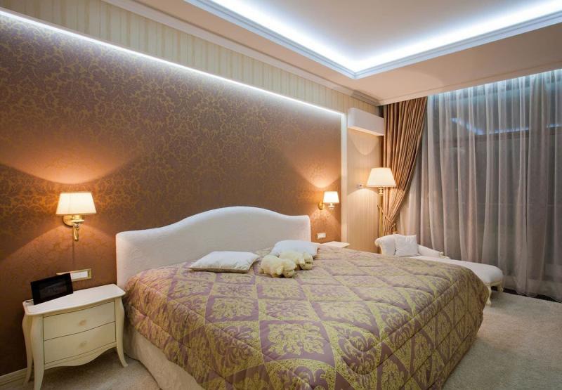 Оформление потолка в интерьере спальни 2