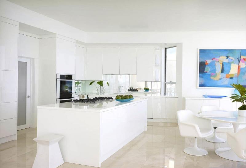 Белый цвет в дизайне гостиной - фото 1