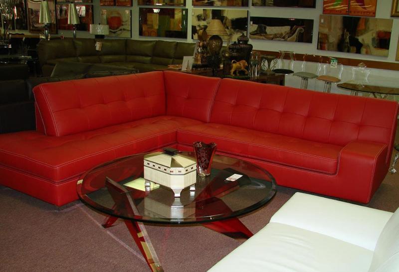 Оттенок Aurora Red в интерьере гостиной 2