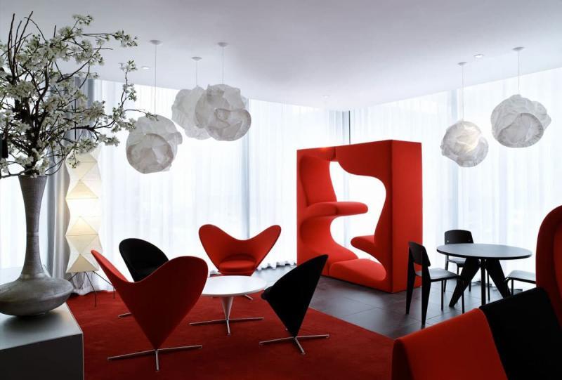 Оттенок Aurora Red в интерьере гостиной 5