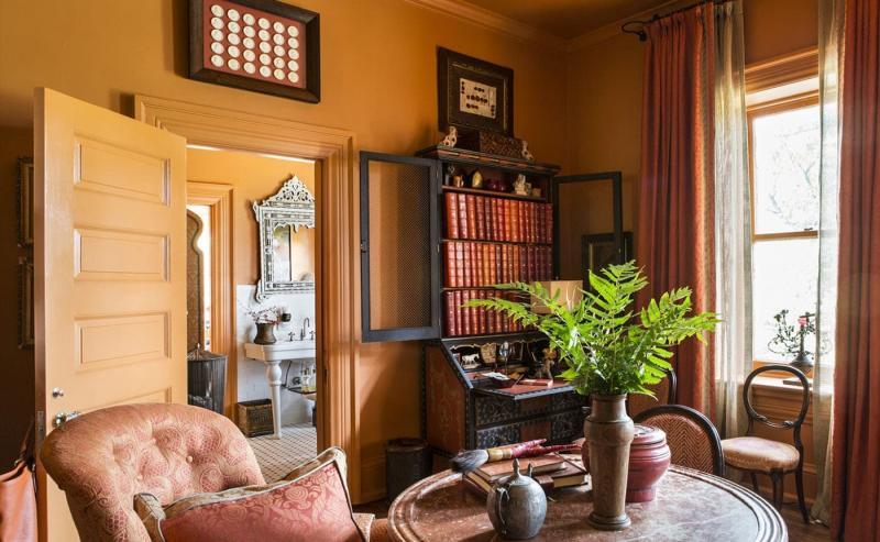 Оттенок Potter's Clay в интерьере гостиной 2