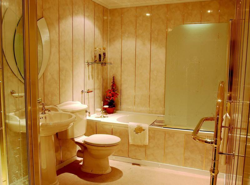 Обшивка стен ванной комнаты пластиковыми панелями 1