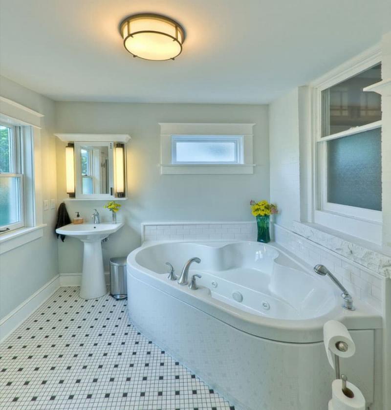 Окрашеный потолок в интертьере ванной