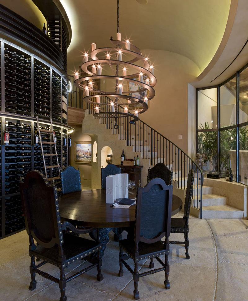 Кованые люстры в интерьере гостиной 4