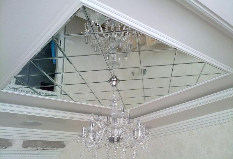 Зеркальный потолок в гостиной 6
