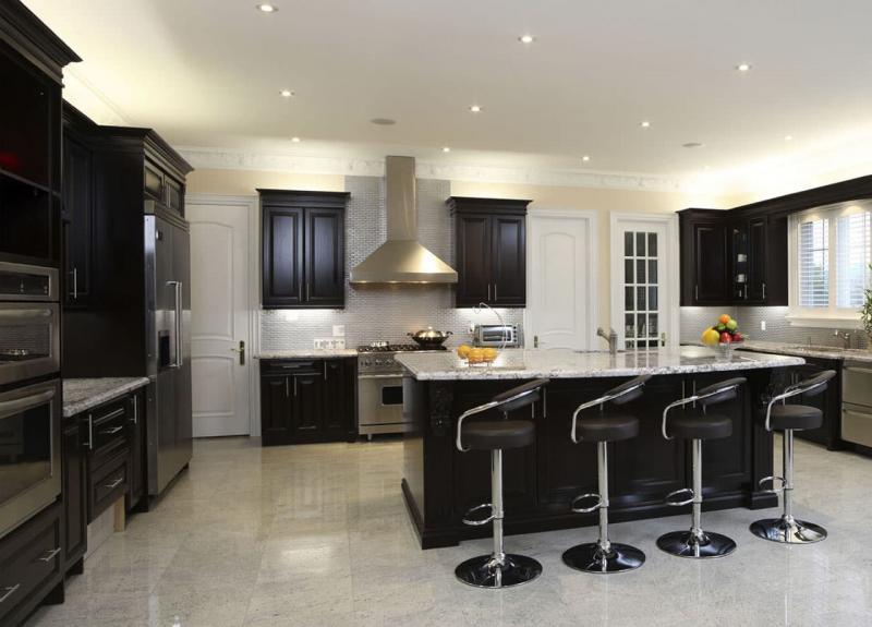 Кухня в черном и белых цветах 4