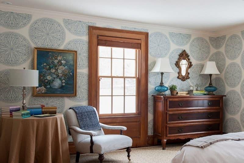 Крупный рисунок обоев в интерьере спальни 3