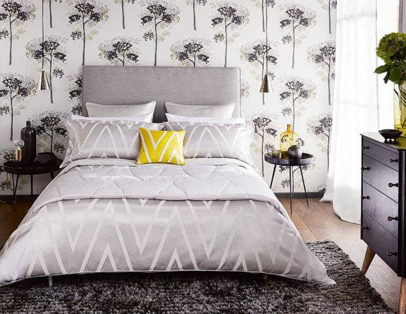 Крупный вытянутый рисунок в интерьере спальни 2