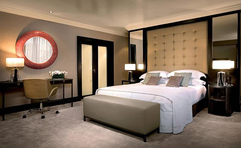 Однотонные обои в интерьере спальни 6