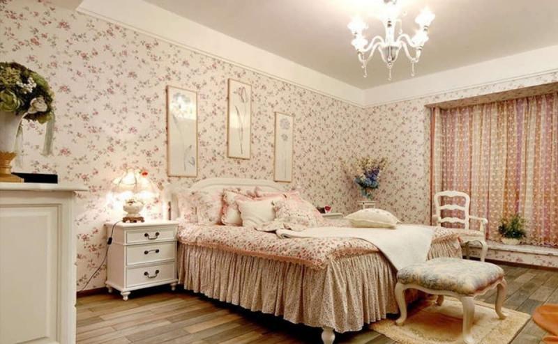 Оформление спальни одним видом обоев 1