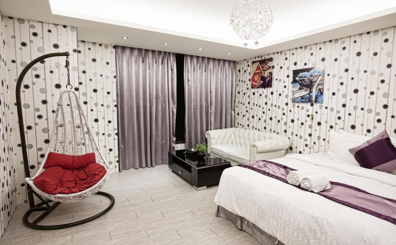 Оформление спальни одним видом обоев 2