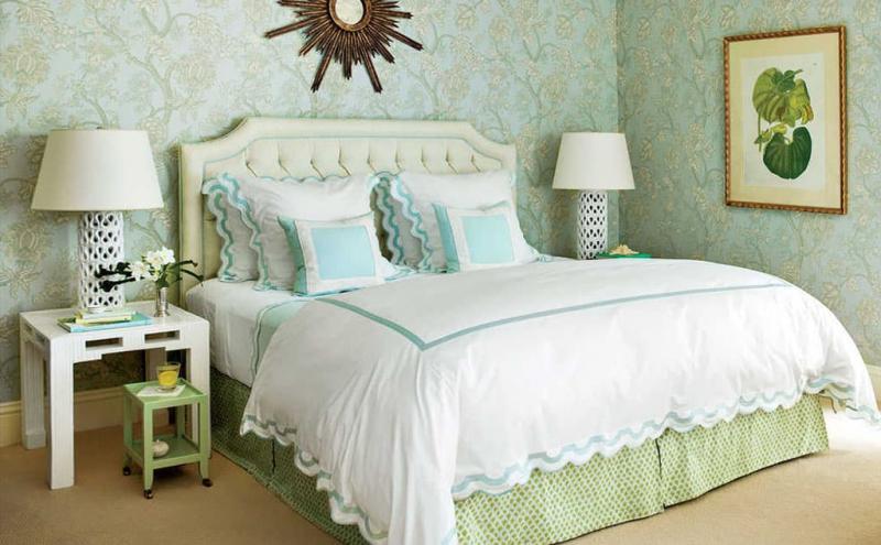 Оформление спальни одним видом обоев 4