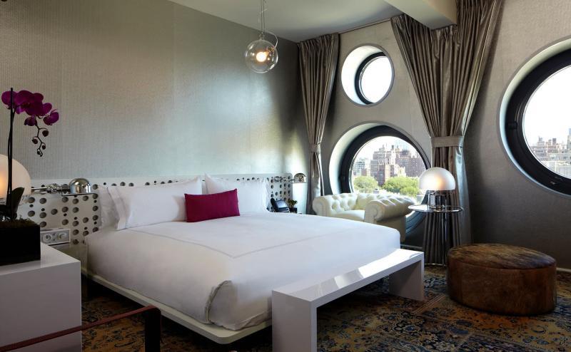 Оформление спальни одним видом обоев 5