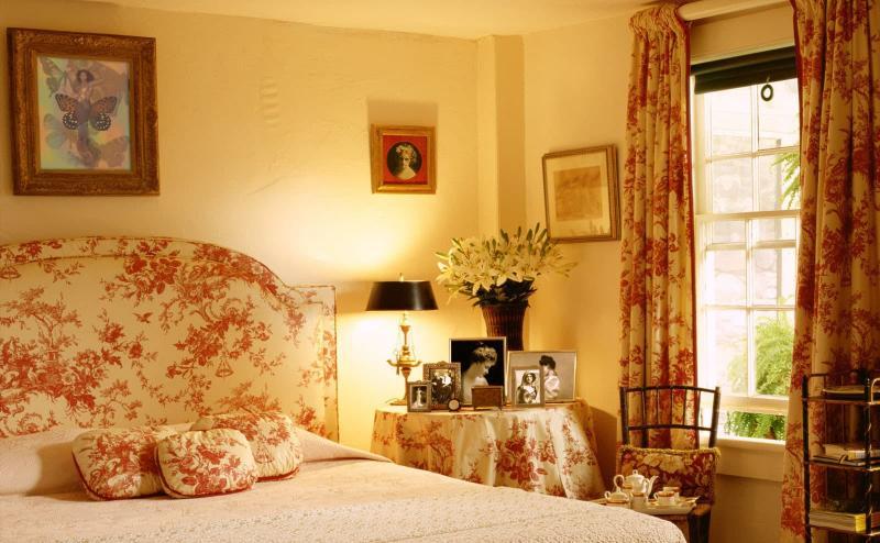 Оформление спальни одним видом обоев 6