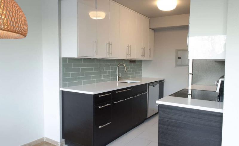 Дизайн потолка в интерьер маленькой кухни 1