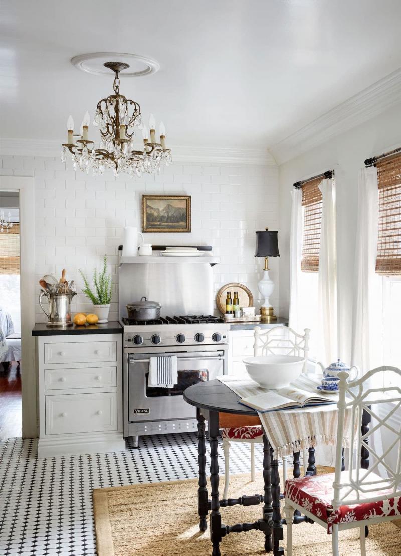 Маленькая кухня в частном доме 3