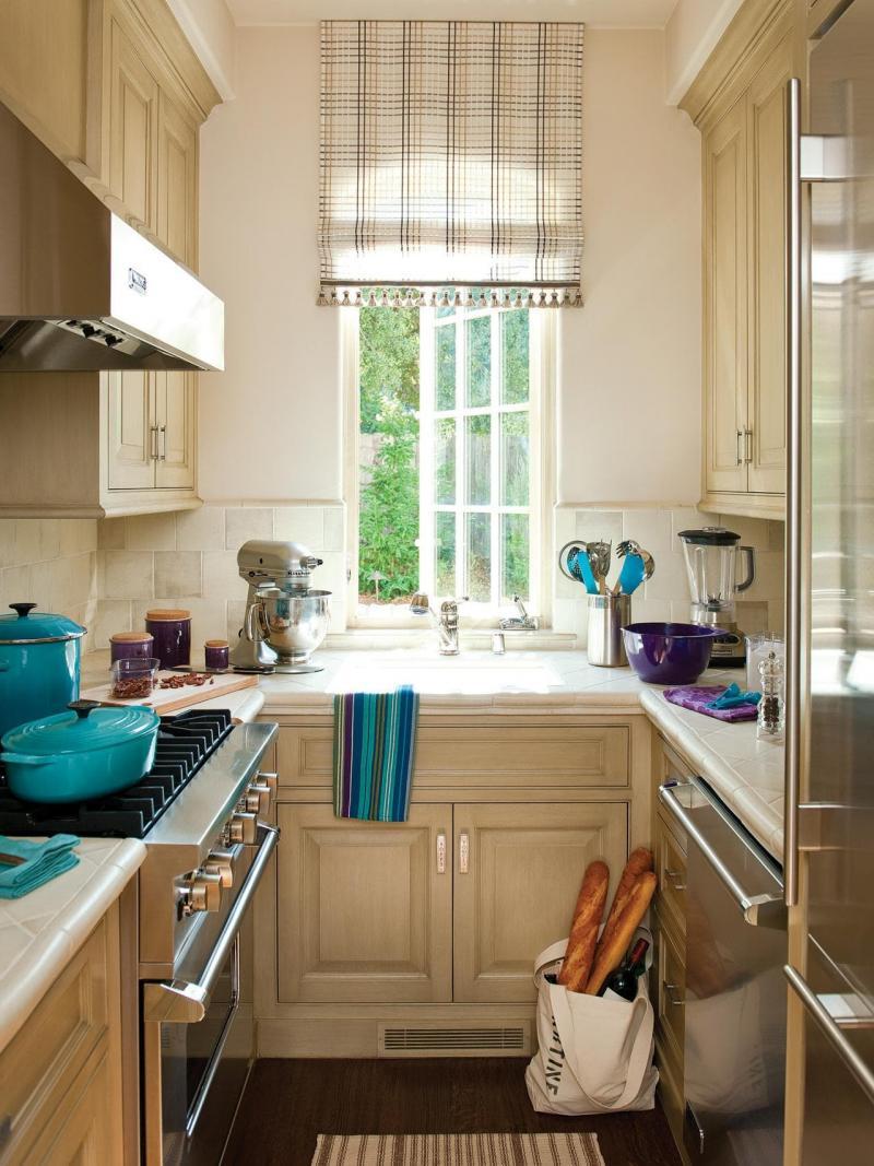Шторы в интерьер маленькой кухни 4