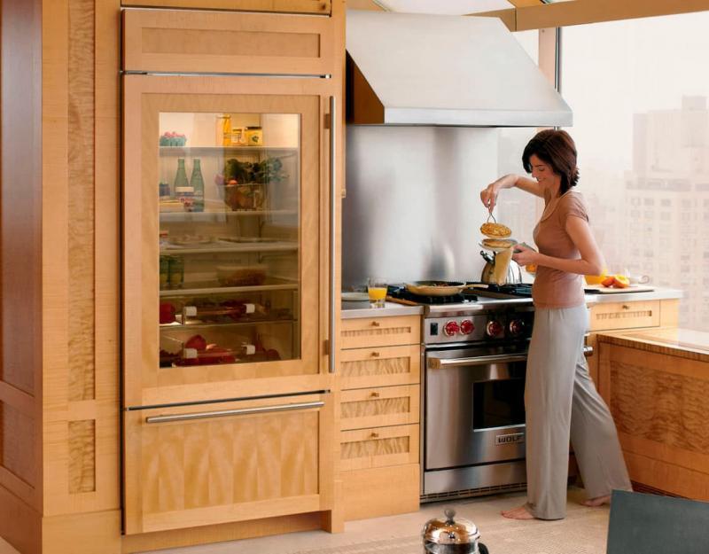 Холодильник в интерьере кухни 2