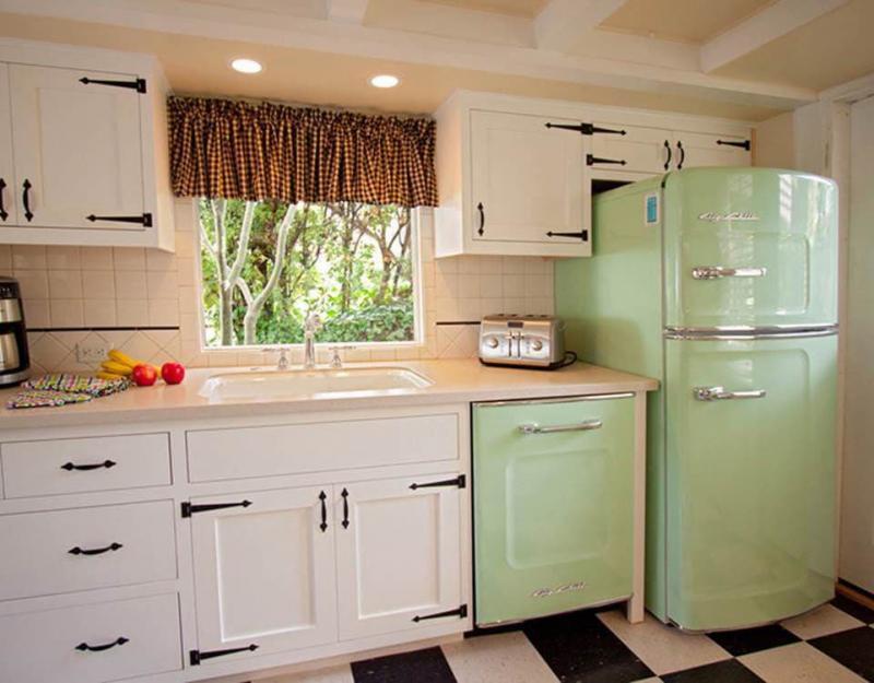 Холодильник в интерьере кухни 4