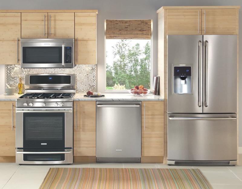 Холодильник в интерьере кухни 5