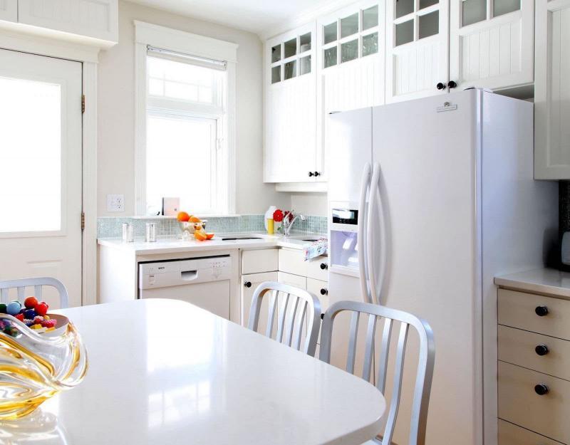 Холодильник в интерьере кухни 6