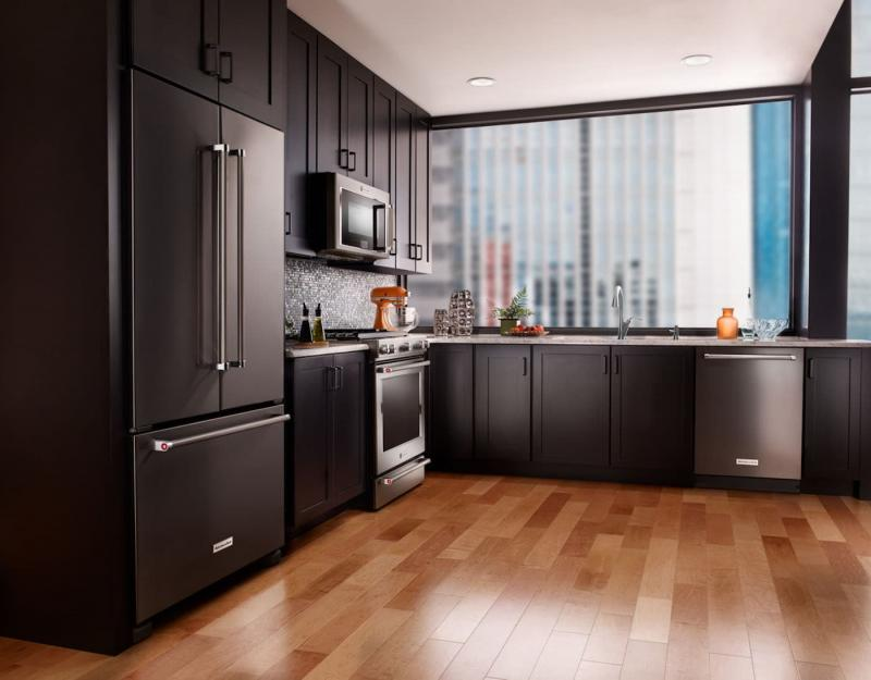 Холодильник в интерьере кухни 7