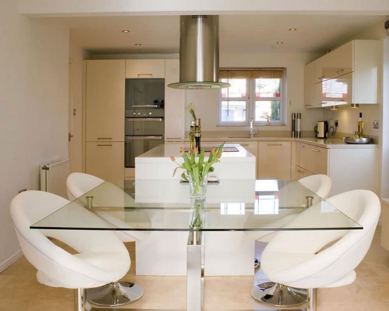 Интерьер кухни с креслами