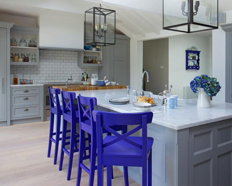 Интерьере кухни со стульями 2