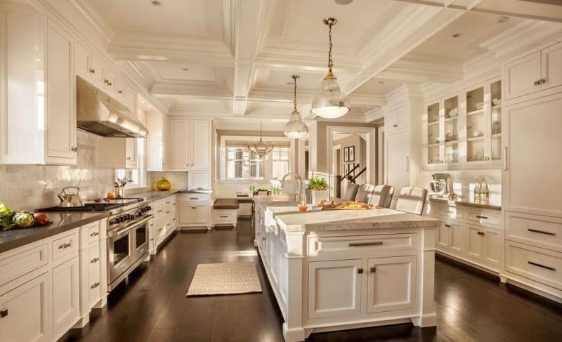 Потолок кухни с декоративными балками