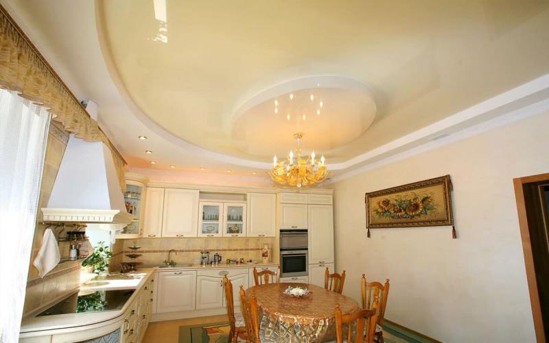 Потолок на кухне (натяжной)
