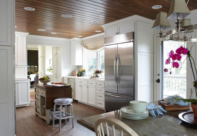 Потолок на кухни из дерева