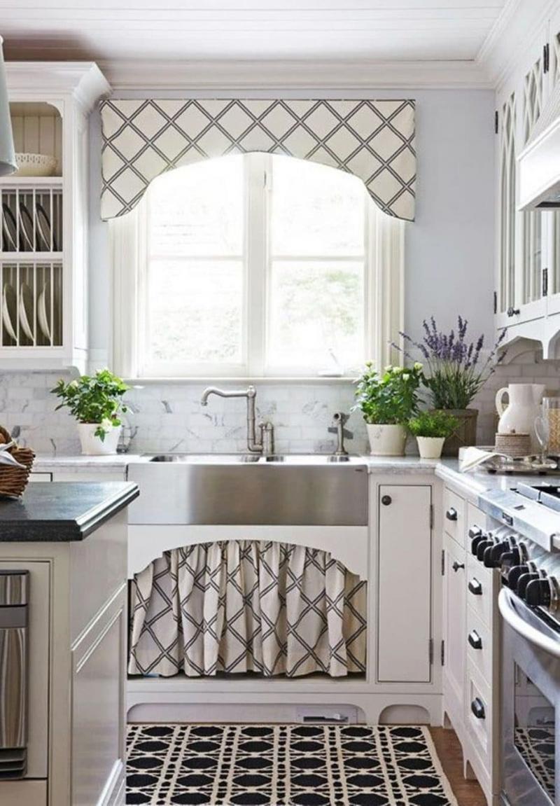 Короткие шторы на кухне 1